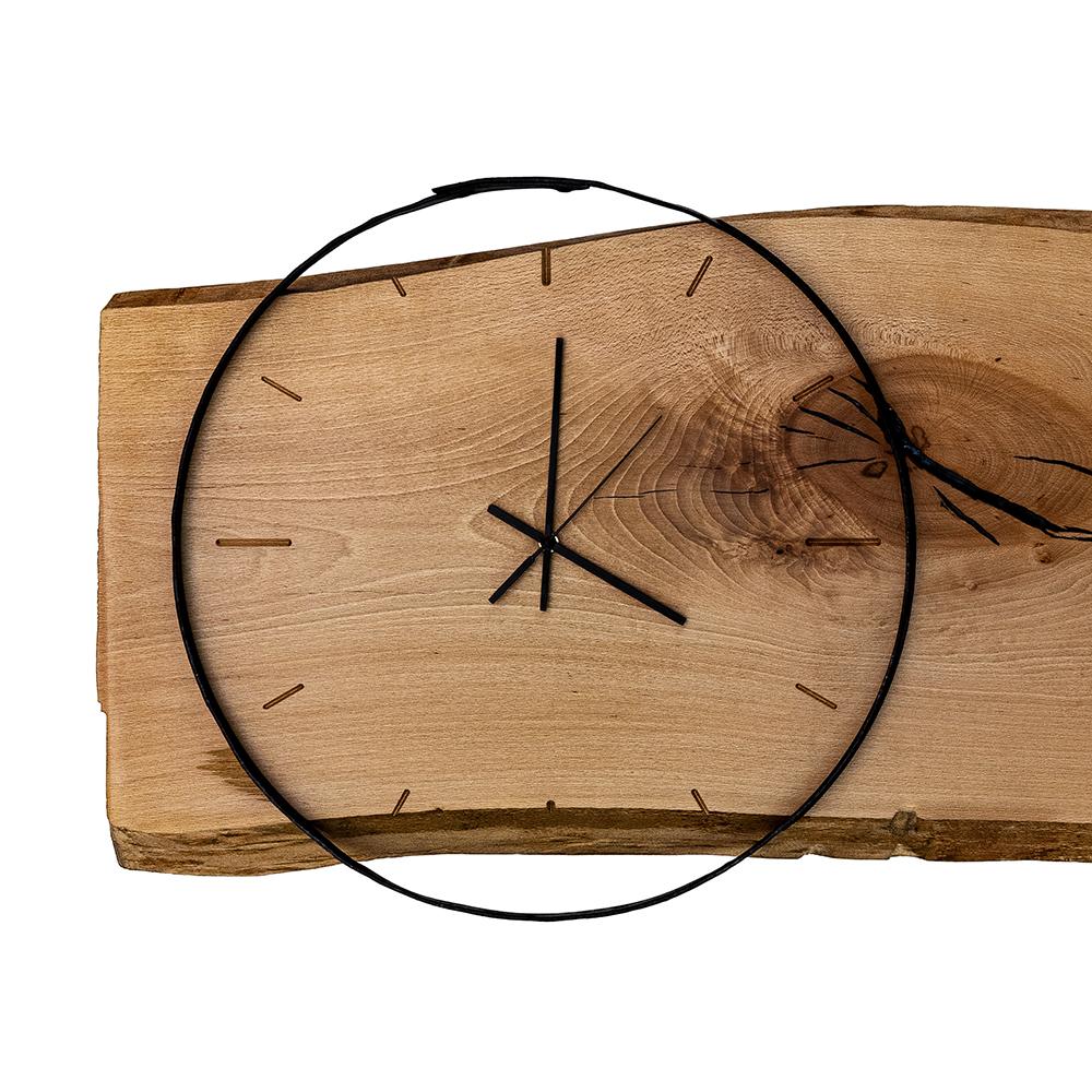 Ručne vyrobené nástenné drevené hodiny z masívneho dreva.